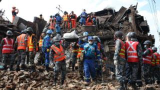 След земетресението в Непал: Брат откри сестра си, извадена на петия ден