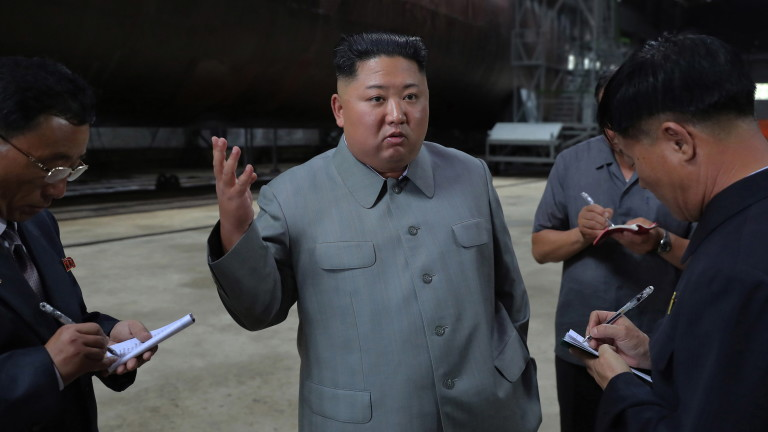Ким чен Ун инспектира подводница