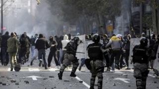 Камъни и бомби по охраната на гей парада в Белград