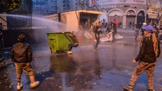 Загинал и стотици ранени при сблъсъци между протестиращи и полиция в Ливан