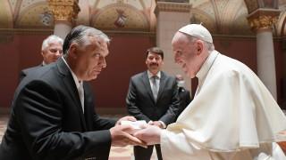"""Папата критикува Орбан за мигрантите, призова унгарците да """"протегнат ръце към всички"""""""