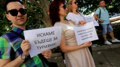 Туроператори нажежиха жегата пред президентството