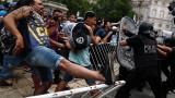 Сблъсъци в Буенос Айрес между полиция и фенове, сбогуващи се с Марадона