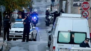 Взрив рани полицай и охранител пред църква в Атина
