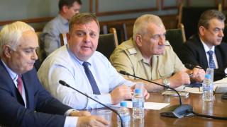 Каракачанов разписа четирите договора за Ф-16