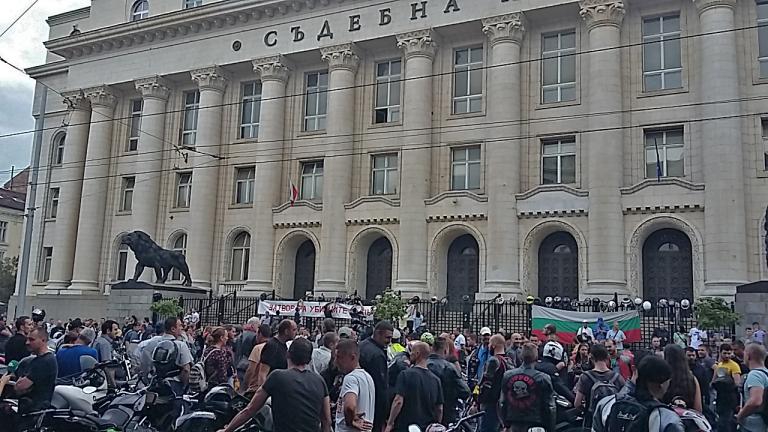 Законът ни обслужва убийци, обявиха стотици мотористи пред Съдебната палата