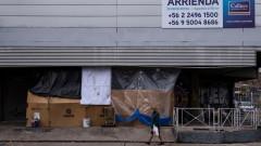 Чилийски депутат с розова пелерина ликува заради решение в полза на пенсионерите