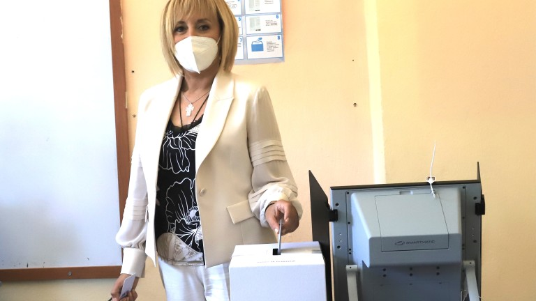 Мая Манолова гласувала за промяната