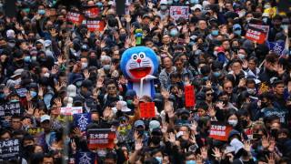 Полицията в Хонконг използва сълзотворен газ на масов новогодишен протестен марш