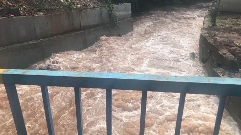 Река Ерма преля и наводни къщи в Трън