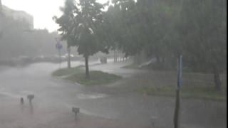Пороен дъжд наводни подлези и булевард в София