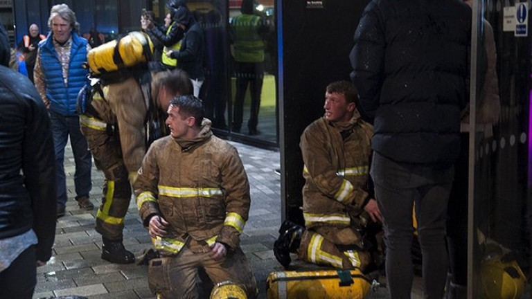 Пожарникарите в северния английски град Ливърпул се бориха с огромен