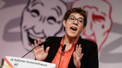 Наследничката на Меркел не вижда разрив с Макрон за визията му за ЕС