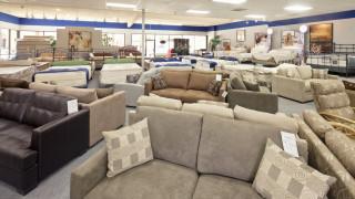 Магазините във Великобритания рязко намалиха цените на стоките си