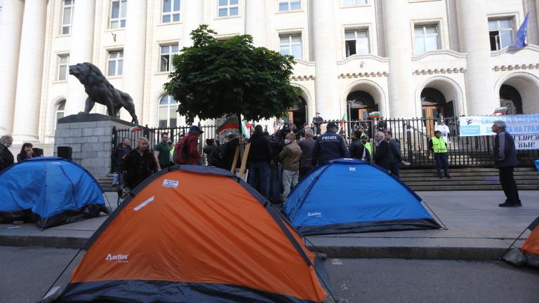 Втори ден Съдебната палата осъмва блокирана с палатки пред входа.