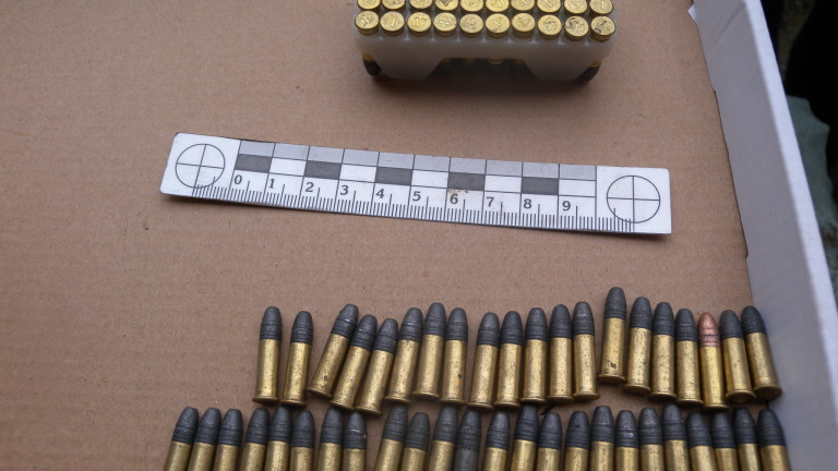 Иззеха незаконен боен арсенал от къща в град Баня, съобщават