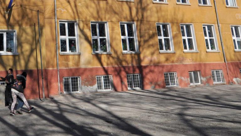 Минерална вода потече от сондаж в двора на 15-то училище