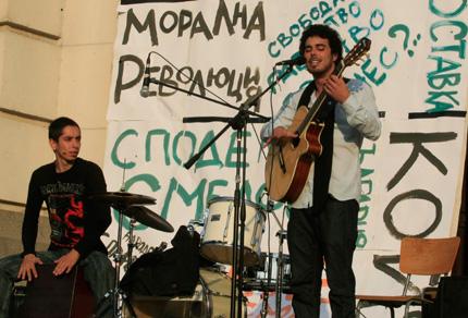 """142-рият протест пя и танцува на """"лайф"""" пред Ректората"""