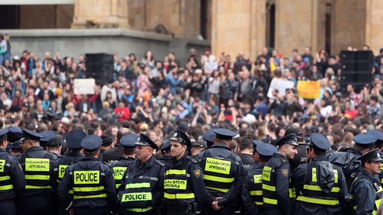 Хиляди грузинци се събраха пред парламента на страната и поискаха