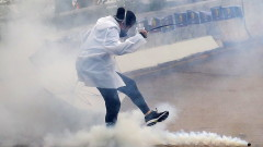 Китайската полиция използва сълзотворен газ и би протестиращи