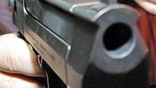 Мъж посрещна с пистолет служители на ЕVN