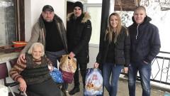 Фенове на Левски даряват коледни пакети на хора в нужда