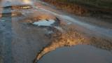 Граждани се оплакват от опасни дупки на пътя между Завет и Разград
