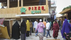 Терористи избиха най-малко 18 души в ресторант в Сомалия