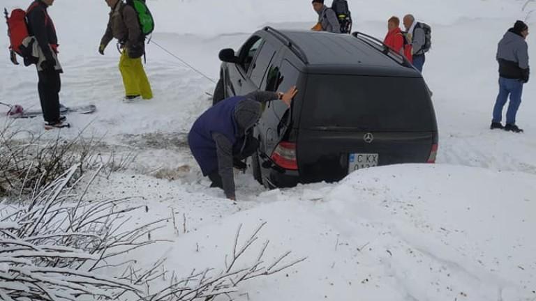 Пишман турист тръгна с джип към Черни връх, но затъна в снега