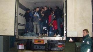 """Хванаха 53 нелегални имигранти в камион на """"Дунав мост"""""""
