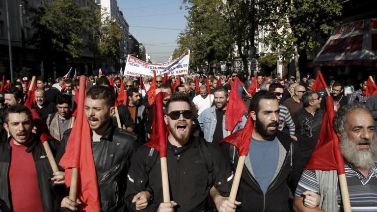 Доходите в Гърция не спират да спадат, а заплатите вече