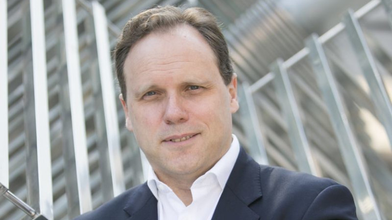 Уважаваният професор по глобална икономика и финанси Даниел Лакайе идва