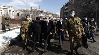 """""""Предател"""", скандират хиляди в Армения срещу премиера"""