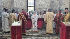 "Отслужиха литургия в потопената черква в язовир ""Жребчево"""