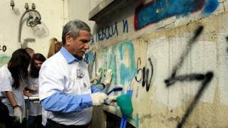 Посланикът на Израел чисти свастики в София и благодари за спрения Луковмарш