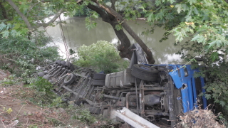 Турски тир падна в река Луда Камчия