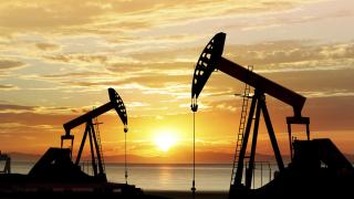 Петролът се колебае между спада на запасите и търговската война