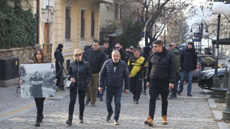 Пред гръцкото посолство в София протестират фенове на