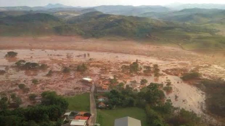 Срутване на земна маса заради проливни дъждове блокира стотици туристи
