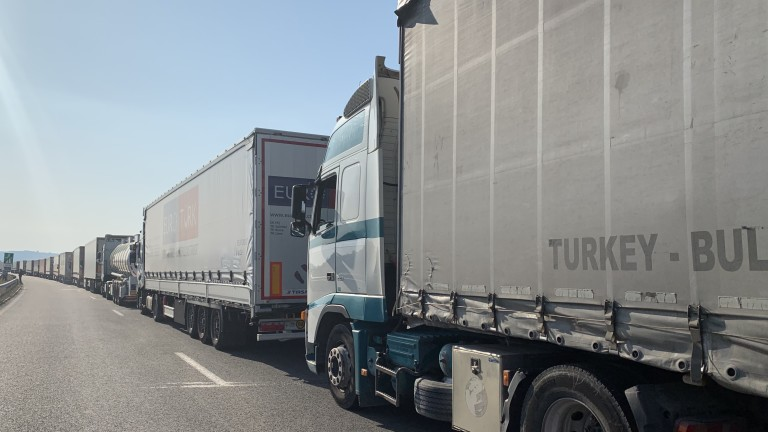 """Опашка от камиони се изви към ГКПП """"Лесово"""""""