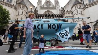 Природозащитници блокират трафика в пет града на Острова