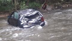 Кола изхвърча от пътя и падна в Перловската река в София