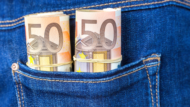 Конфискуваха над 30 000 евро на чужденец, опитал да ги скрие от митничарите