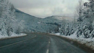 Заледявания по пътищата, ограничения по магистралите, сняг и мъгла на Шипка