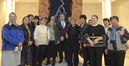 Християнки и мюсюлманки пресъздават картини в уникални килими