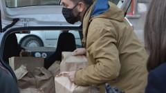 Доброволци доставят топъл обяд за медиците на първа линия в София