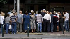 Гърците разчитат на спестявания и заеми, за да преживяват