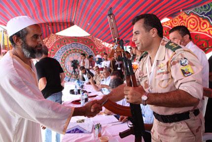 Стотици жители на Бенгази предават доброволно оръжието си