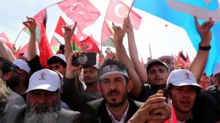 Защо Турция остави без работа 18 500 държавни служители?