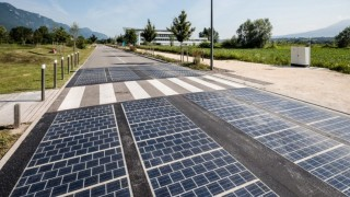 Три години след изграждането на първото соларно шосе в света, то вече се руши
